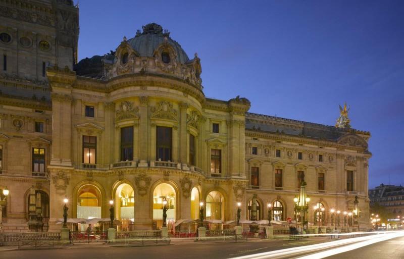Западный фасад оперы и ресторан