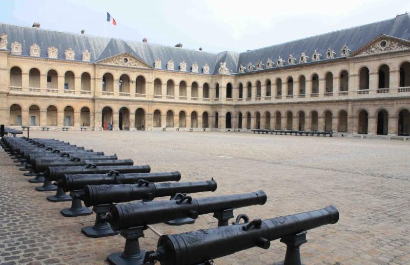 орудия парадного двора