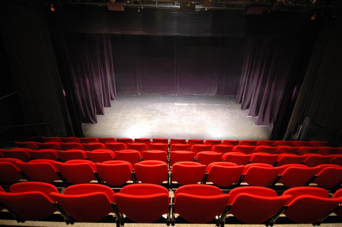 golie-v-kino-i-v-teatre