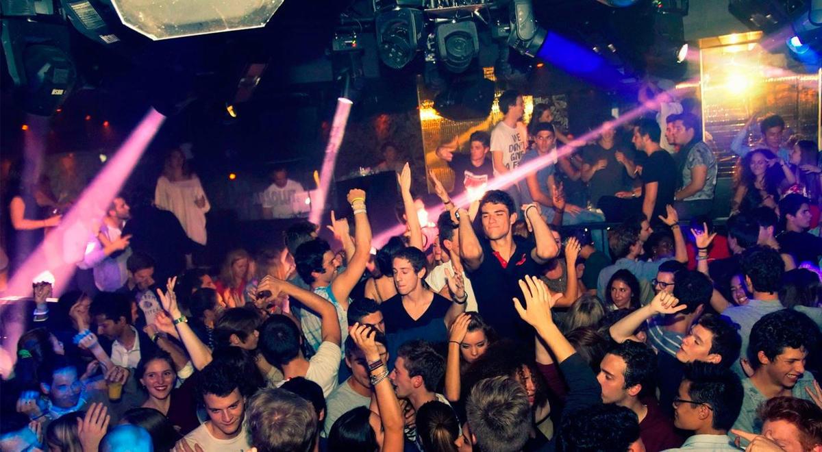 Компания в ночном клубе стрептиз ночные клубы москвы видео